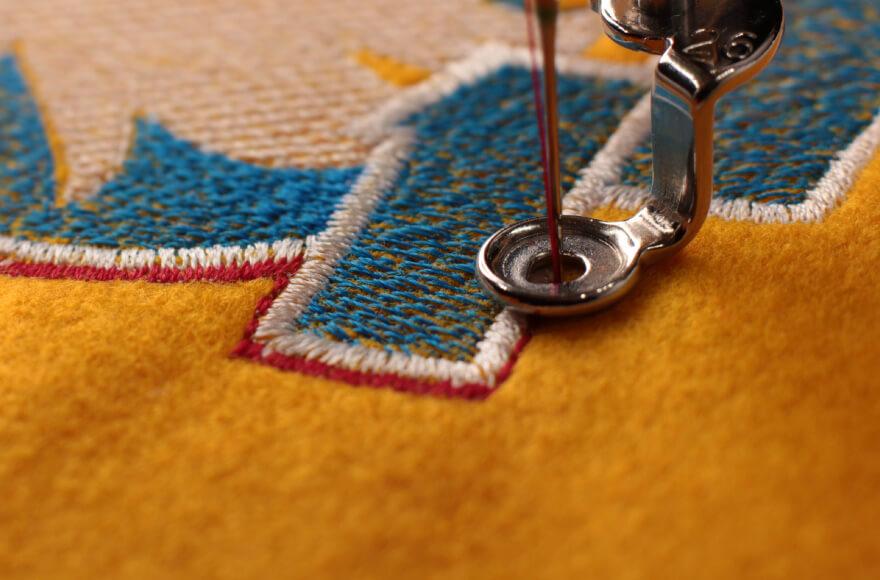 糸を使った刺繍致します。